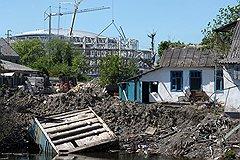 Не снесенные с началом строительства дома местных жителей окружены ямами и строительным мусором