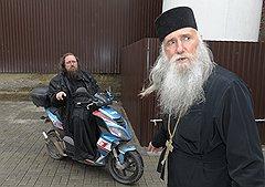 Андрей Кураев (слева) и Виссарион Апплиаа (справа) опасаются, что новая церковь будет независима не от того, от кого надо