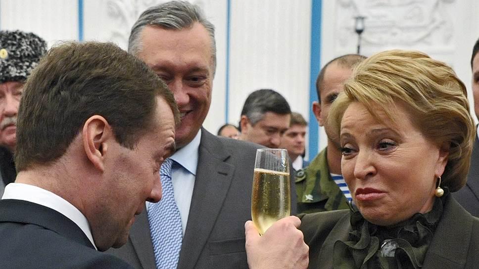 Через два месяца Дмитрий Медведев наконец сможет поднять бокал за нового губернатора Петербурга