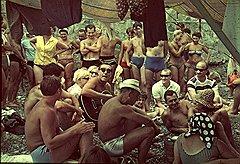 Исполнитель «озорной песни» Костя Беляев (в центре с гитарой) в начале 1960-х годов собирал немало слушателей на импровизированных пляжных концертах