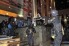 Спецназ разгоняет демонстрацию оппозиции 26 мая