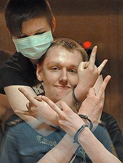 Василиса Ковалева (слева), студентка факультета журналистики МГУ Виктор Апполонов (справа), продавец книжного магазина