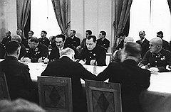 Во время ожесточенного спора двух морских наркомов Анастас Микоян (второй слева) принял сторону не правого Ширшова, а сильного и влиятельного Кузнецова (третий слева)