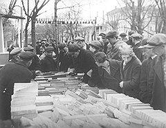 """""""Интерес к книгам был такой, что люди толпились там с утра до вечера. Покупали, продавали и до хрипоты обсуждали книги"""""""