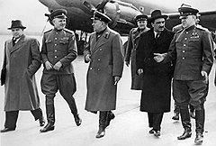 """""""В день Победы 9 мая 1945 года ровно в пять часов утра мы с Микояном, Хрулевым и другими выехали из Спасской башни на аэродром. Сталин приказал лететь в Берлин"""" (справа - Георгий Жуков, за ним - Михаил Смиртюков)"""