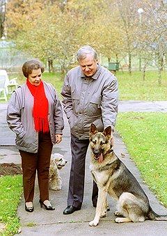 """""""У вас,— говорит,— недалеко от Барвихи строится дом приемов. Так туда Людмила Сергеевна каждую неделю стала приезжать. Ходит по стройке с собачкой. Рабочие зубоскалят"""""""