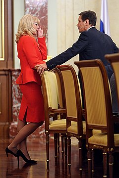 Министр здравоохранения и социального развития Татьяна Голикова и вице-премьер Александр Жуков на заседании правительства.  Москва, 2009 год