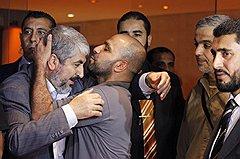 """Освобожденные террористы из """"Хамаса"""" скромно радуются встрече с руководителями движения"""