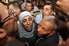 Приговоренная к 16 пожизненным срокам за гибель 15 человек Ахлам Тамими плачет от счастья при виде отца