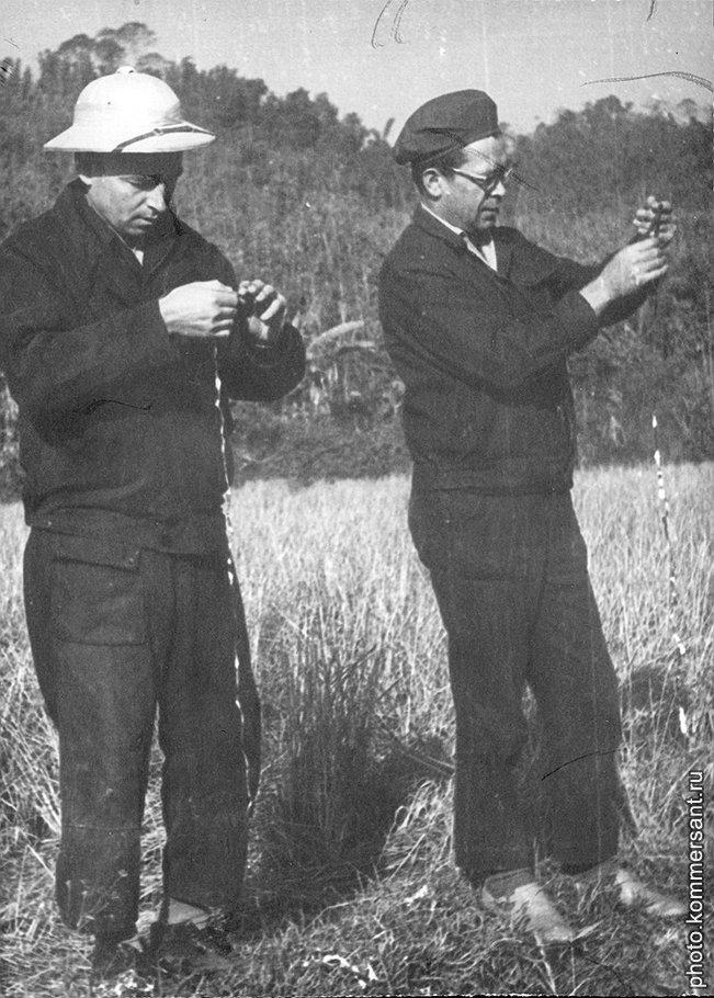 Вьетнамцы внимательно следили за тем, что мотают на ус советские трофейщики (на фото — с лентами бортовых самописцев)