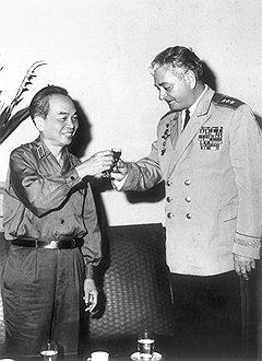 Когда советский авиапром заинтересовался самолетом F-111, все ключевые должности среди военных советников во Вьетнаме заняли боевые летчики (справа — генерал Владимир Абрамов, старший группы советских военных советников)