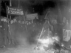 Выступая вместе с партией за новый безбожный быт, Хрущев предлагал оставить в нем отдельные элементы религиозных обрядов для обширного слоя деревенских большевиков