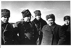 На фронте довоенная привычка к приписыванию себе чужих заслуг возросла у генерал-лейтенанта Хрущева (на фото — второй справа) до полководческих масштабов