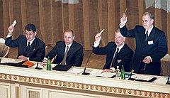 """Перед декабрьскими выборами """"Единство"""" стало ассоциироваться в первую очередь с Путиным, а Березовский отошел в тень (на фото — первый съезд движения)"""