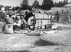 С 1926 года попытки внести элементы механизации в сельское хозяйство (на фото) заканчивались быстрым изгнанием из рядов полноправных советских граждан
