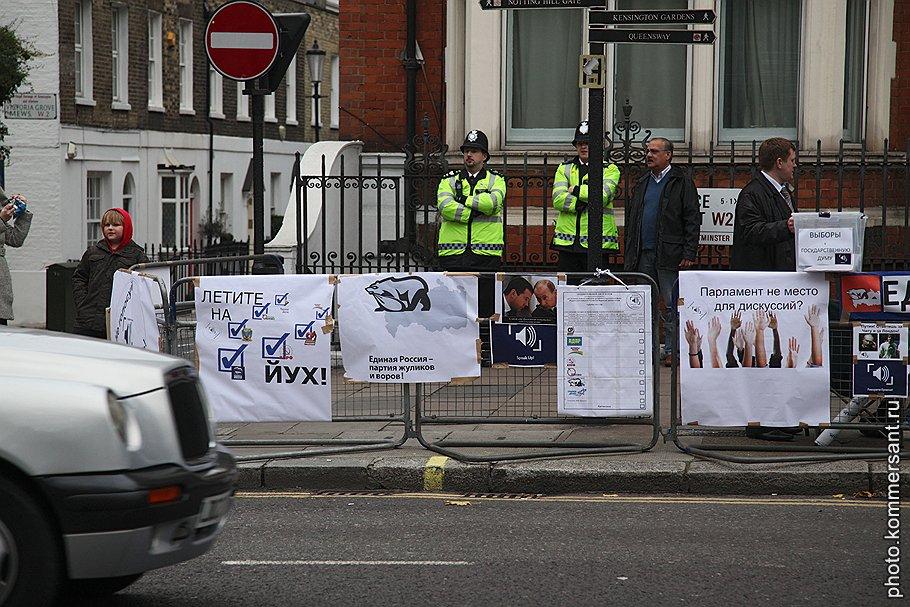 Незаконная агитация напротив посольства России