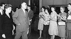 В ходе завоевания неограниченной власти в Румынии глава компартии Георге Георгиу-Деж резко ограничил права нелояльных избирателей и иностранных наблюдателей