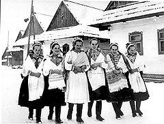 На выборах в сельских районах в большинстве восточноевропейских стран (на фото — чешские крестьянки) реальные результаты правящих блоков и фронтов существенно отличались от официальных