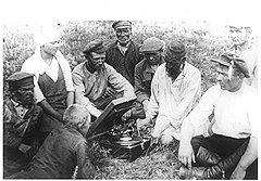 Чтобы крестьяне охотнее осваивали печатную речь, в 1929 году лучшие ликбезовские коллективы решили премировать источниками звучащей