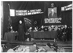 Предложенный Надеждой Крупской (на фото — выступает) план полной ликвидации безграмотности в СССР к 1927 году оказался совершенно невыполнимым