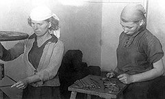 Отсталое производство школьных принадлежностей (на фото) привело к появлению передовых методик обучения грамоте без бумаги, перьев, чернил и карандашей