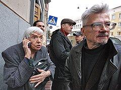Правозащитник Людмила Алексеева и писатель Эдуард Лимонов у мэрии Москвы. <B>2009 год</B>
