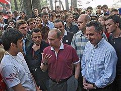 Василий Якеменко (третий слева) и Алексей Навальный вывели борьбу на новый уровень — в интернет-пространство