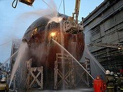 Середина дня 30 декабря: пожарные продолжают заливать огонь через штатные и нештатные отверстия в легком корпусе