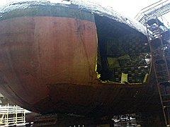Для ремонта рабочие вырезали в легком корпусе большое отверстие