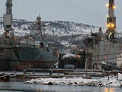 """Плавучий док ПД-50 в декабре 2011 года. Слева — большой противолодочный корабль """"Вице-адмирал Кулаков"""", справа — К-84 """"Екатеринбург"""""""