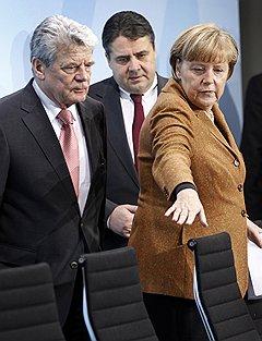 2012 год. Йоахим Гаук (слева) приготовился занять кресло отца нации