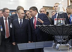 Владимир Поповкин (в центре) получил высочайшее одобрение на перетряску хозяйства Анатолия Перминова