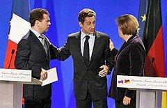 Рядом с Никола Саркози и Ангелой Меркель президент Медведев мог воевать, не слишком опасаясь за дружбу
