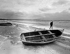 Бергмановская эстетика долгие десятилетия опиралась на метафору острова как заброшенного пространства, окруженного пустотой (на фото)