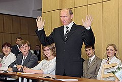 Не покладая рук. Президент России Владимир Путин. Химки, 2006 год