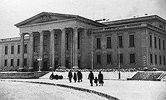 Посещая Дома культуры горняков, построенные «Висмутом», его работники оказывались в социалистическом завтра, а уходя на работу,— в докапиталистическом позавчера