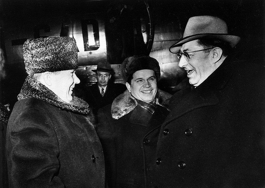 Первый заместитель председателя Совмина СССР Сабуров (слева) так и не нашел способа сохранить баланс интересов немецких друзей (справа — председатель правления «Висмута» Фриц Зельбман) и советских людей