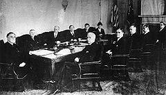 В Политбюро надеялись, что взятка, переданная Рузвельту окольным путем — через людей из его окружения (на фото — президент на совещании с членами своей администрации), позволит напрямую договориться по многим вопросам