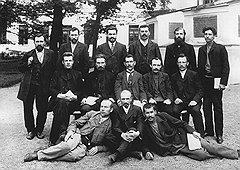 История с трудоустройством бывшего депутата Ершова (на фото — второй слева в последнем ряду, среди членов социал-демократической фракции) вызвала настоящую склоку между Военным министерством и Министерством внутренних дел