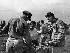 Чтобы отдалить появление американских самолетов на советском Дальнем Востоке, японское правительство предложило приблизить возвращение СССР нефтяных концессий (на фото — американские экипажи на аэродроме в Полтаве, 1944 год)