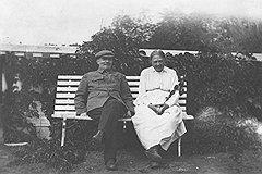 """""""В конце лета 1921 года Ф. А. Гетье, который лечил Надежду Константиновну и Владимира Ильича, нашел у него небольшое расширение сердца и посоветовал ему поехать на две недели в Горки"""""""