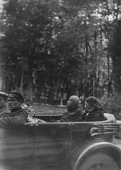 """""""Ильич очень любит детей (в противность утверждению товарища Лепешинского), и с крестьянскими ребятами у него всегда длинные и веселые разговоры. Часто бывало, мы дорогой забирали целый автомобиль белокурых головенок и катали их""""."""