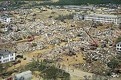 Построенный в сейсмоопасной местности поселок Нефтегорск потерял во время землетрясения более половины населения и восстановлению не подлежит