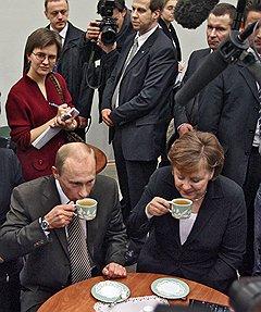 Президент России Владимир Путин и канцлер Германии Ангела Меркель. Сочи, 2007 год