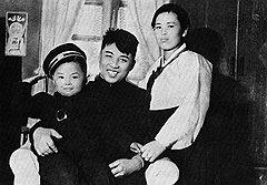 Первым леди прошлых руководителей КНДР повезло меньше — например, жена великого вождя Ким Чен Сук (справа) удостоилась публичной известности через много лет после смерти