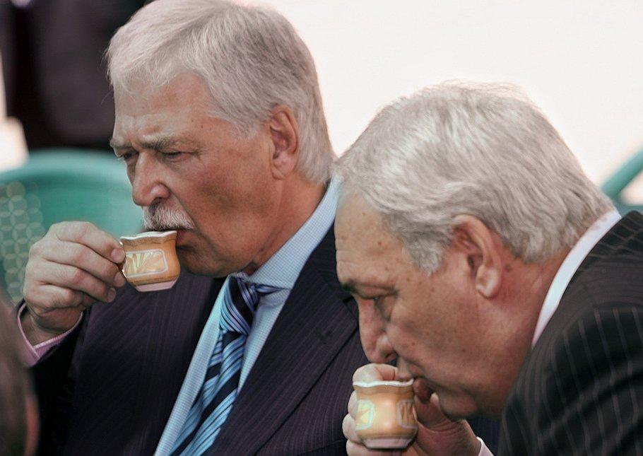 Председатель Государственной думы России Борис Грызлов<i> (слева)</i> и президент Абхазии Сергей Багапш. <b>Сухуми, 2009 год</b>
