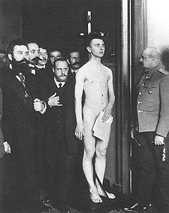Чтобы не ослаблять армию, в казенную прислугу отбирали прежде всего тех, кто по слабости здоровья не годился в строй