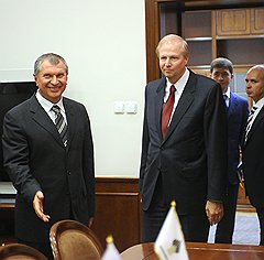 """Несмотря на противодействие AAR, глава """"Роснефти"""" Игорь Сечин (слева) все-таки сумел стать партнером главы BP Боба Дадли"""