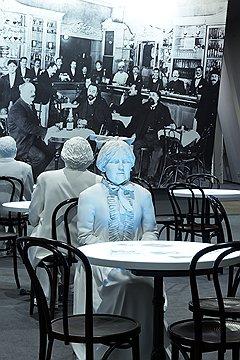 В новом музее толерантности представлен эклектичный ансамбль из гипсовых фигур в интерьере венского кафе, диораме о Второй мировой войне и березовой инсталляции