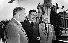 Высокое положение Волченко (на фото — слева) в государственных структурах до 1960 года помогло ему избежать рассмотрения вопроса о его партположении в 1962 году